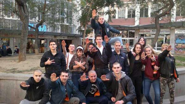 Un grup de cap-rapats es fotografia a la plaça Castella, al Raval, després d'agredir un menor de 14 anys.