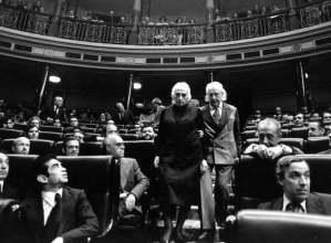La Pasionaria i Rafael Alberti es disposen a presidir la mesa d'edat al primer Congrés postfranquista, el 1977 (Marisa Florez/El País)