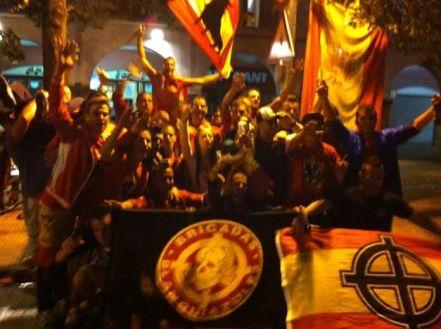 Ultres de l'Espanyol amb una bandera neonazi i una de Brigadas Blanquiazules l'estiu del 2012. Entre ells, ajupit a l'extrem dret, Sergio Concepción, activista de PxC,