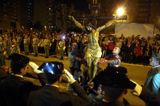 Tres agents de la Guàrdia Civil destinats a Badia del Vallès saluden, uniformats de gala, el Crist de la Bona Mort de la Hermandad de Caballeros Legionarios de Barcelona.