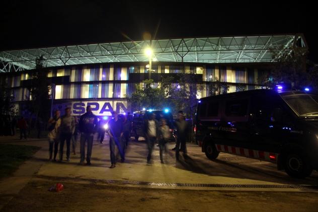 Els aficionats del RCDE abandonen el camp després del partit contra el Rayo Vallecano sota una forta presència policial, a causa de l'operatiu per identificar els autors dels aldarulls durant el partit anterior, el derbi amb el Barça.