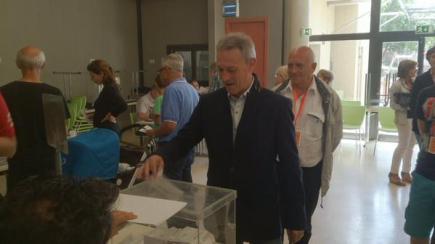 Josep Anglada vota a Vic (font: Plataforma Vigatana).